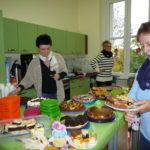 3-letzte-vorbereitungen-am-kuchenbuffet